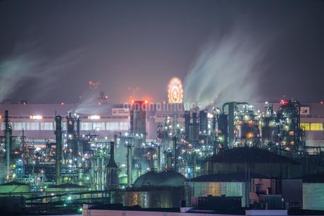 川崎マリエンから見える京浜工業地帯の夜景の写真素材 [FYI01250354]