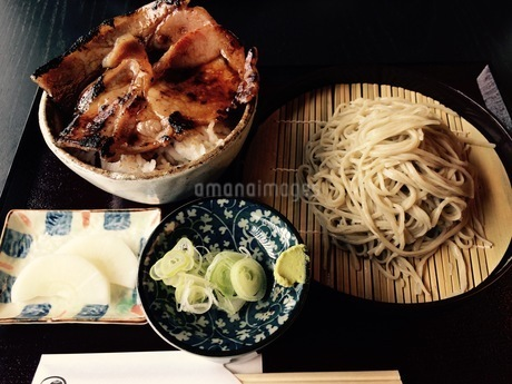 ざるそばと肉丼の写真素材 [FYI01250492]
