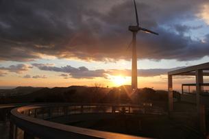 夕陽の風車の写真素材 [FYI01250558]