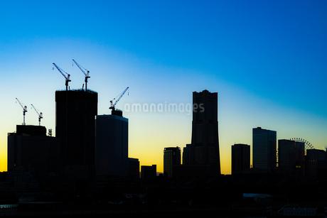 夕景と横浜・みなとみらいの街並みのシルエットの写真素材 [FYI01250582]