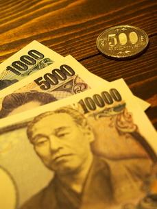 お札と五百円硬貨の写真素材 [FYI01250687]