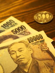 お札と五百円硬貨2の写真素材 [FYI01250688]