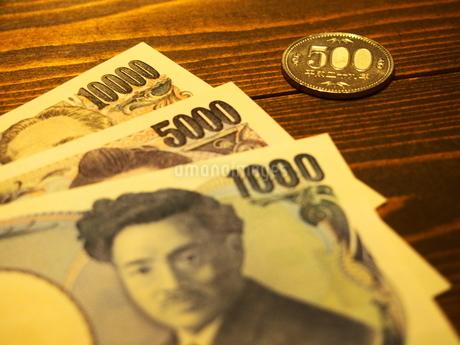 お札と五百円硬貨3の写真素材 [FYI01250689]