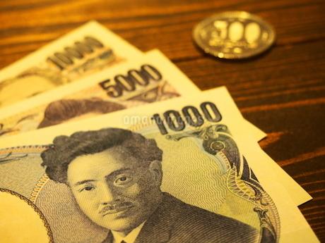 お札と五百円硬貨4の写真素材 [FYI01250732]