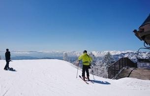 青空の下でのスキーの写真素材 [FYI01250777]