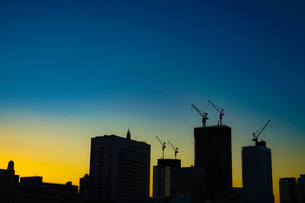 夕景と横浜・みなとみらいの街並みのシルエットの写真素材 [FYI01250911]