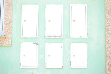 淡い色の壁に映える小さな扉たちの写真素材 [FYI01250948]