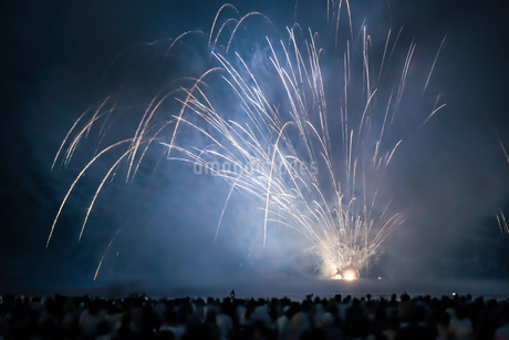 雲に包まれた鎌倉花火大会(2018年)の写真素材 [FYI01251033]