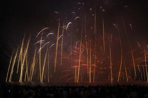 雲に包まれた鎌倉花火大会(2018年)の写真素材 [FYI01251034]