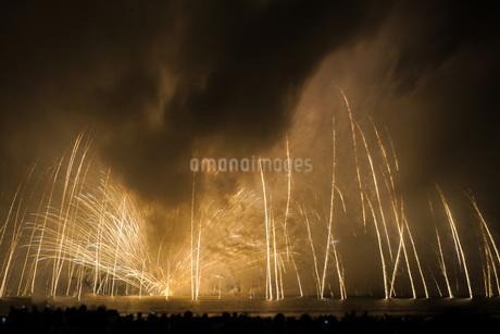 雲に包まれた鎌倉花火大会(2018年)の写真素材 [FYI01251035]