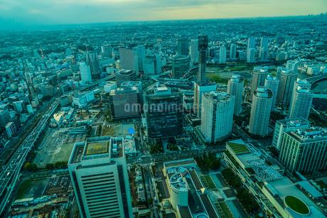 横浜ランドマークタワーから見えるみなとみらいの夕景の写真素材 [FYI01251037]
