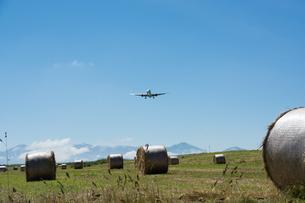牧草ロー-ルとジェット旅客機の写真素材 [FYI01251094]