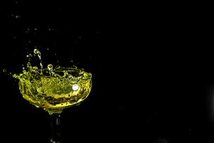 グラスの中のスプラッシュの写真素材 [FYI01251190]