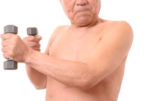 ダンベルで筋トレをする日本人シニアの写真素材 [FYI01251282]