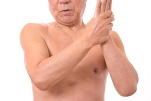 日本人シニアのボディケアの写真素材 [FYI01251296]