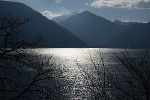 光る湖の写真素材 [FYI01251319]