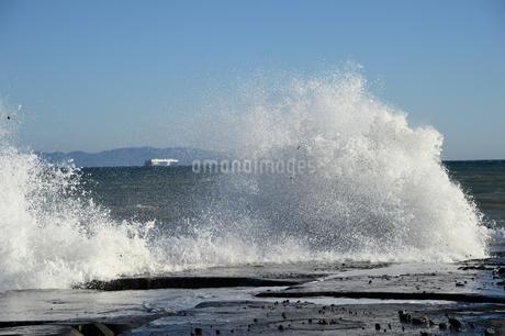 打ち付ける波の写真素材 [FYI01251325]