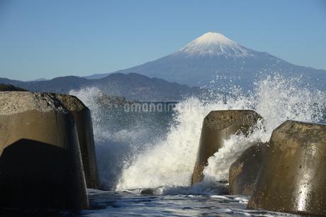 富士山と波の写真素材 [FYI01251326]