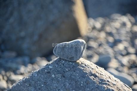 岩の上の石の写真素材 [FYI01251328]