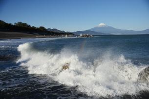 波と富士山の写真素材 [FYI01251329]