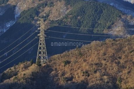 朝日を浴びる鉄塔の写真素材 [FYI01251420]