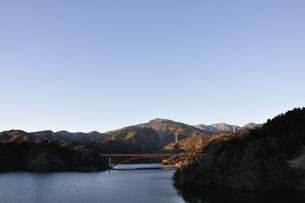 宮ヶ瀬湖より本間ノ頭と虹の大橋の写真素材 [FYI01251423]