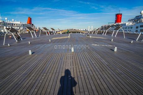 大さん橋のウッドデッキと豪華客船の写真素材 [FYI01251557]
