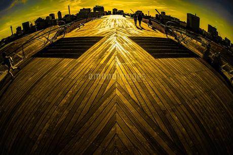 大さん橋のウッドデッキとみなとみらいの街並みの写真素材 [FYI01251560]