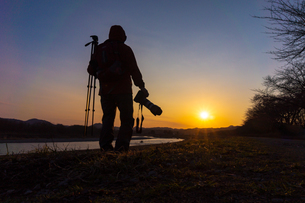 美しい風景を撮影する写真家の男性の写真素材 [FYI01251601]