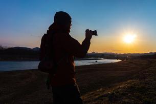 美しい風景を撮影する写真家の男性の写真素材 [FYI01251602]