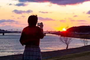 美しい風景を撮影する女性の写真素材 [FYI01251603]