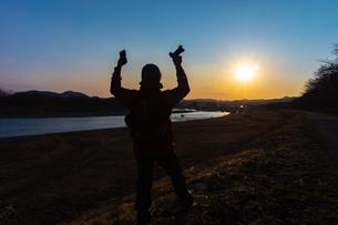 美しい風景を撮影する写真家の男性の写真素材 [FYI01251604]