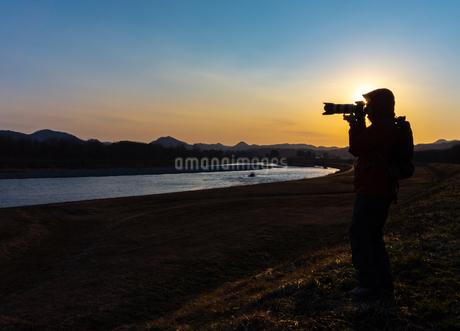美しい風景を撮影する写真家の男性の写真素材 [FYI01251611]