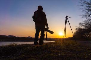 美しい風景を撮影する写真家の男性の写真素材 [FYI01251613]