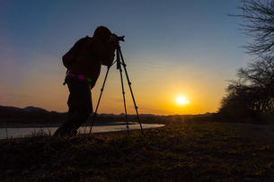 美しい風景を撮影する写真家の男性の写真素材 [FYI01251619]