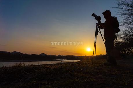 美しい風景を撮影する写真家の男性の写真素材 [FYI01251622]