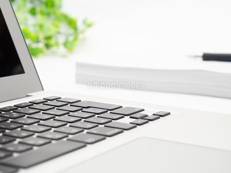 ノートパソコン ビジネスイメージの写真素材 [FYI01251645]