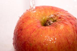 りんごに水を掛けるシーンの写真素材 [FYI01251708]
