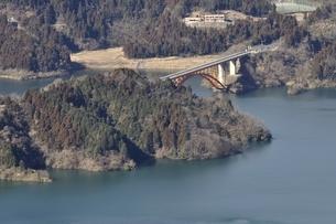 仏果山から眺める宮ヶ瀬湖の写真素材 [FYI01251780]