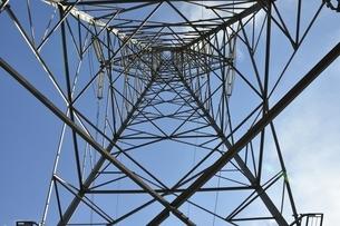 鉄塔を中から見上げるの写真素材 [FYI01251785]