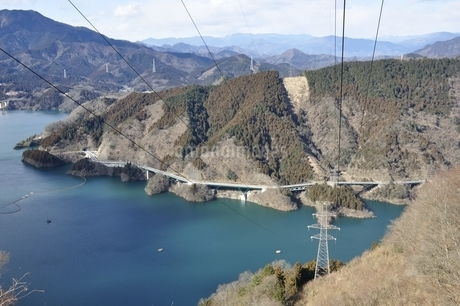 宮ヶ瀬湖を渡る送電線の写真素材 [FYI01251787]
