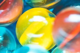 カラフルなビー玉の写真素材 [FYI01251947]