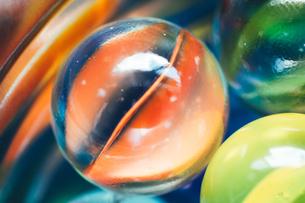 カラフルなビー玉の写真素材 [FYI01251949]