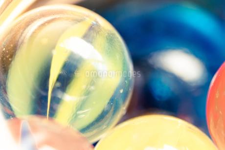 カラフルなビー玉の写真素材 [FYI01251957]