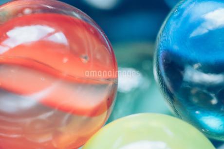 カラフルなビー玉の写真素材 [FYI01251962]