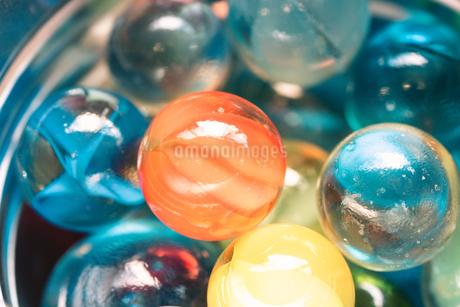 カラフルなビー玉の写真素材 [FYI01251963]