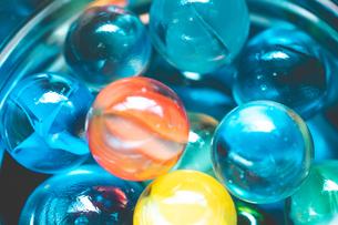 カラフルなビー玉の写真素材 [FYI01251964]