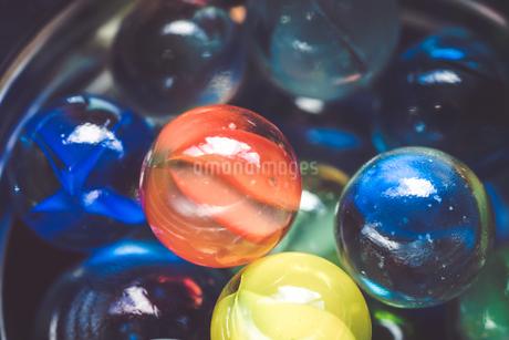 カラフルなビー玉の写真素材 [FYI01251965]