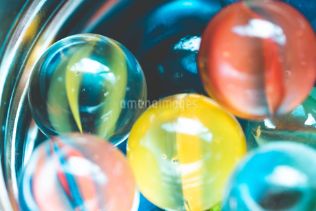 カラフルなビー玉の写真素材 [FYI01251966]