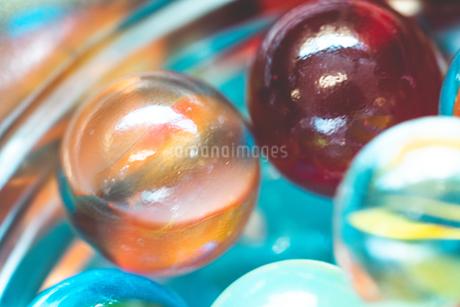 カラフルなビー玉の写真素材 [FYI01251971]